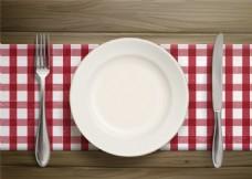 格子餐桌布上的餐具矢量图