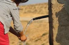 正在洗手的小孩
