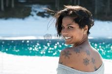 纹身女人回眸一笑