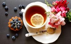 水果茶与鲜花