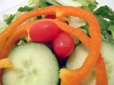 切开的黄瓜蔬菜沙拉