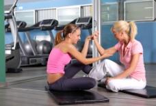 健身房健身的美女图片