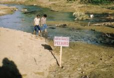 河边散步的儿童