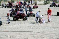 沙地上玩耍的人群