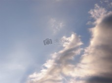 晕染日光的云团