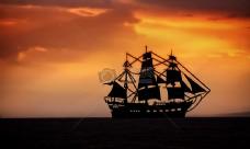 夕阳下的帆船