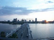 俯瞰的大桥上
