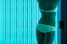 性感身材享受日光浴的女人图片