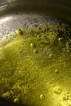 锅子里的橄榄油