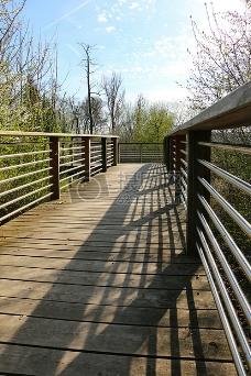 天空下的木桥