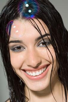 湿漉漉头发的笑脸女人图片图片