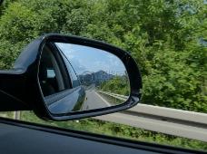 车镜中的道路