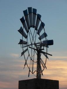 夜幕下的风车发电站