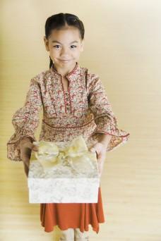 献上礼物的小女孩图片