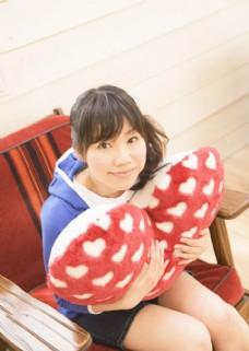 可爱美女与心型抱枕图片