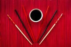 筷子与调味碟图片