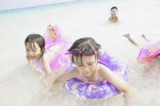 海边玩耍的儿童图片