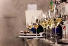 玻璃香槟高脚杯图片