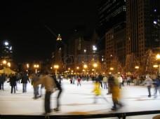 正在溜冰的人们