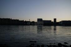 傍晚的江边