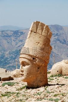 山上的头部神像