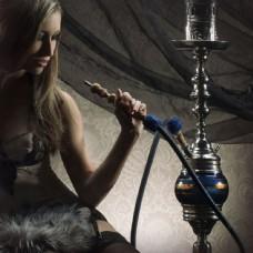 吸水烟的美女模特图片