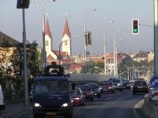 有序排队的车辆红绿灯