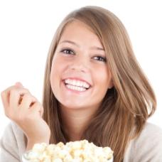 吃爆米花的可爱美女图片