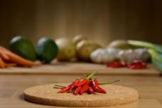 砧板上的辣椒图片