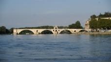 横跨河面的拱形桥