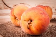 三个桃子图片