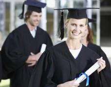 毕业典礼上的女生图片