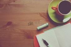咖啡杯旁的记事本