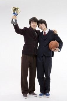 举起资本与抱着篮球的男生图片