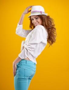 黄色背景美女写真图片