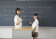 黑板前写字的女生图片