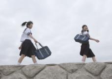 提着书包的青年美少女图片