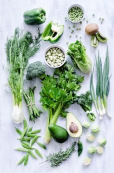 新鲜的绿色蔬菜和牛油果图片