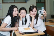 课堂上拍照合影的可爱女生图片