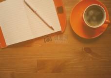记事本旁的咖啡杯