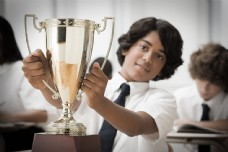手捧奖杯的黑人男孩图片