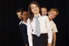 穿着校服的小女孩图片