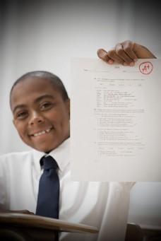 展示好成绩的黑人学生图片