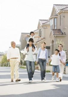 走在路上的幸福家庭生活照片图片