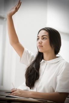 举手积极发言的长发女生图片